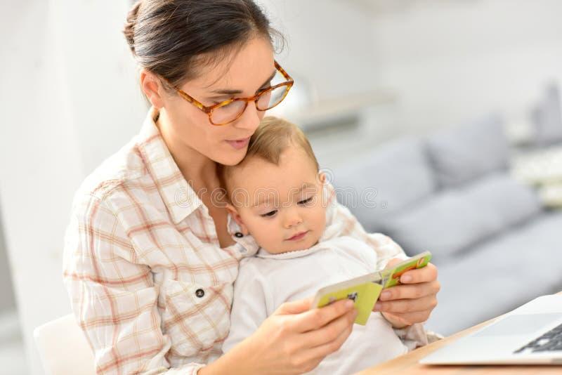 Moeder die een verhaal vertellen aan haar babymeisje stock fotografie