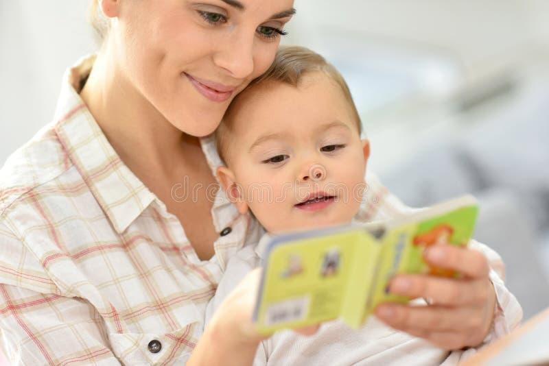 Moeder die een verhaal vertellen aan haar babymeisje royalty-vrije stock afbeeldingen