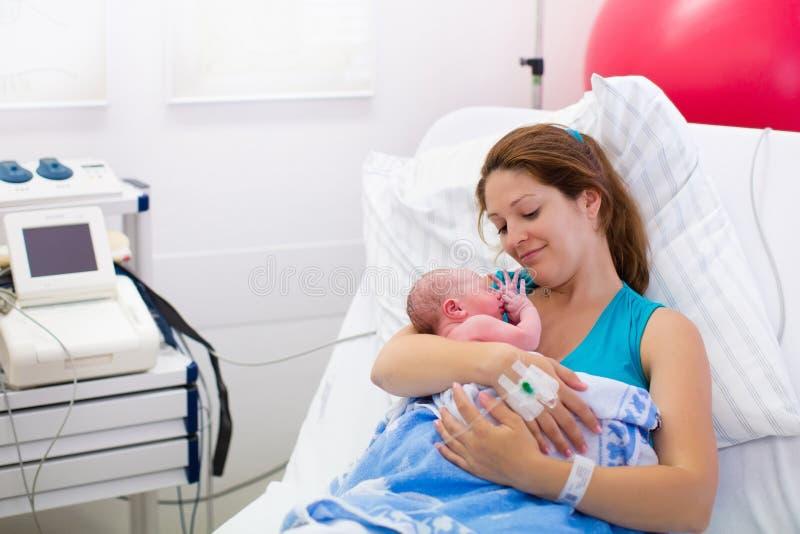 Moeder die geboorte geven aan een baby stock afbeelding