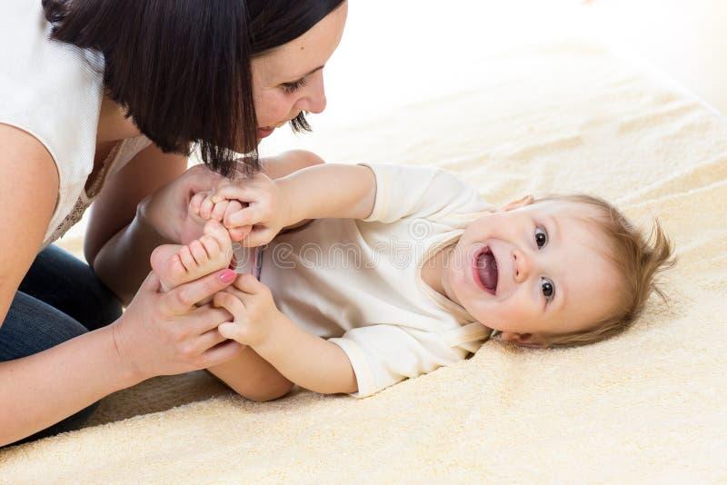 Moeder die haar baby spelen royalty-vrije stock foto's