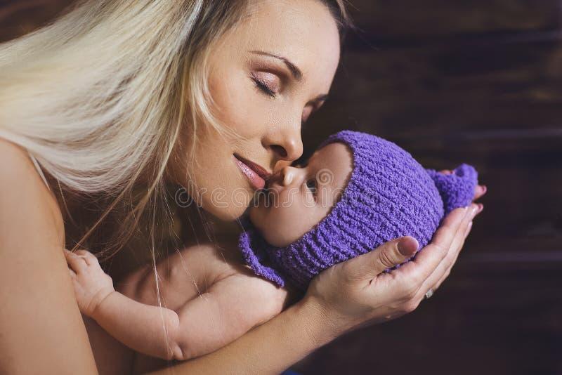 Moeder die haar baby wiegen royalty-vrije stock foto
