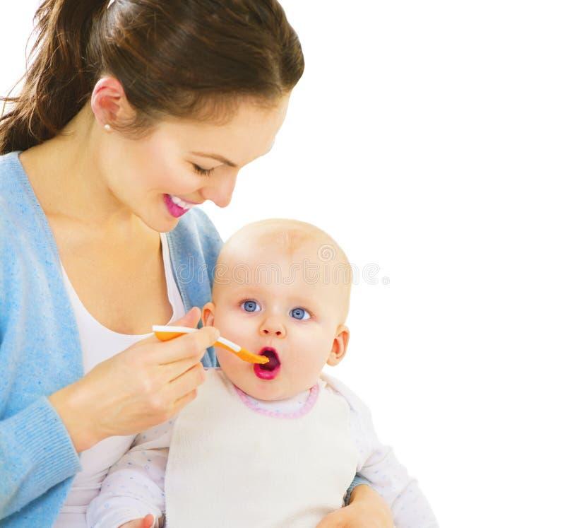 Moeder die haar babymeisje voeden royalty-vrije stock afbeelding