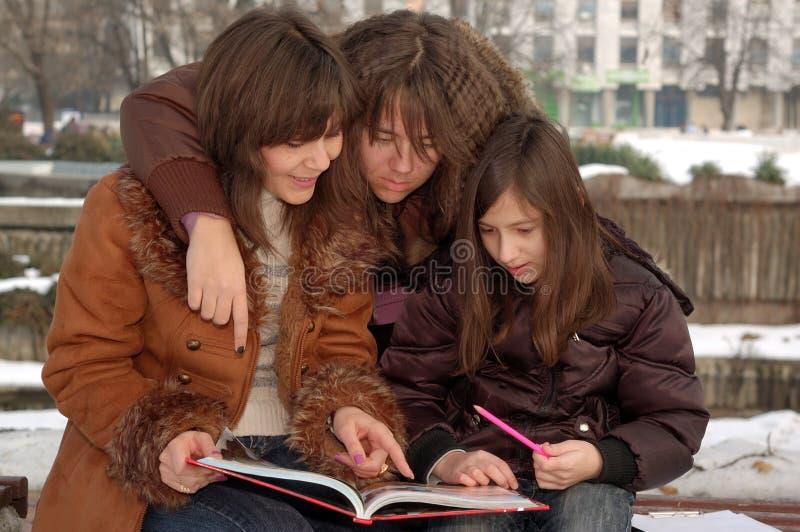 Moeder die haar dochters onderwijst royalty-vrije stock foto