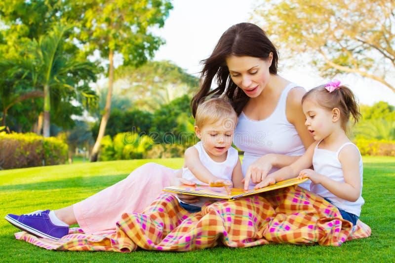 Moeder die haar jonge geitjes onderwijzen royalty-vrije stock foto