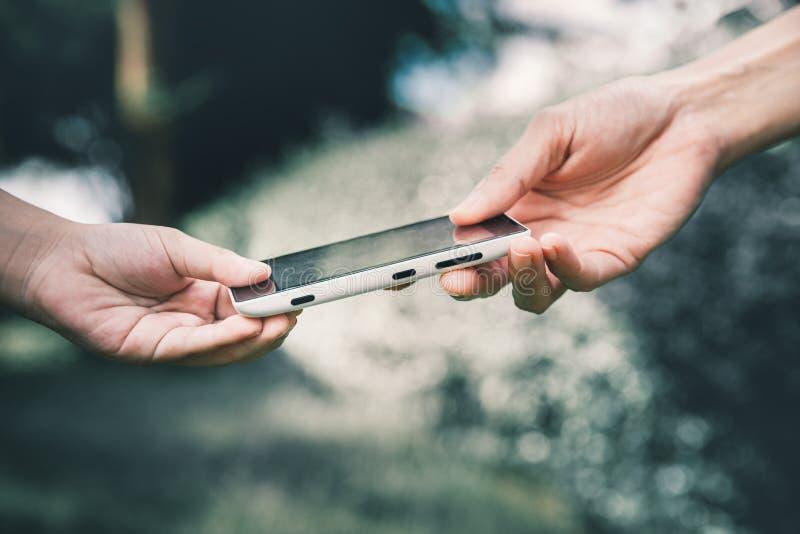 Moeder die haar kind een mobiele telefoon geven royalty-vrije stock foto
