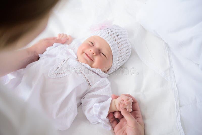 Moeder die haar leuke baby houden stock afbeeldingen