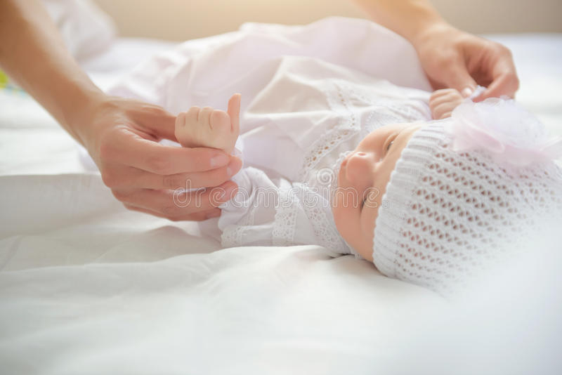 Moeder die haar leuke baby houden royalty-vrije stock foto's