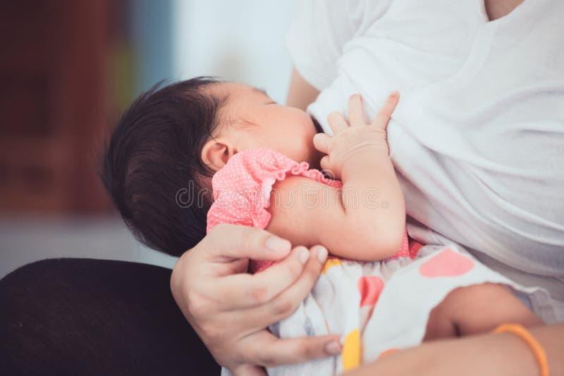 Moeder die haar pasgeboren babymeisje de borst geven royalty-vrije stock foto