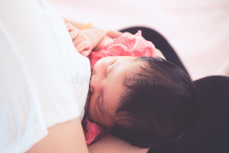 Moeder die haar pasgeboren babymeisje de borst geven royalty-vrije stock fotografie