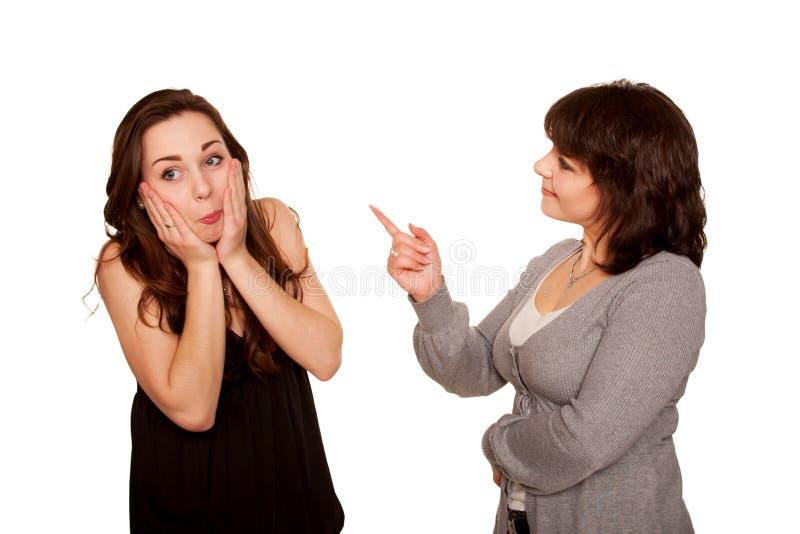 Moeder die haar tienerdochter berispen. Geïsoleerdo op wit stock afbeeldingen