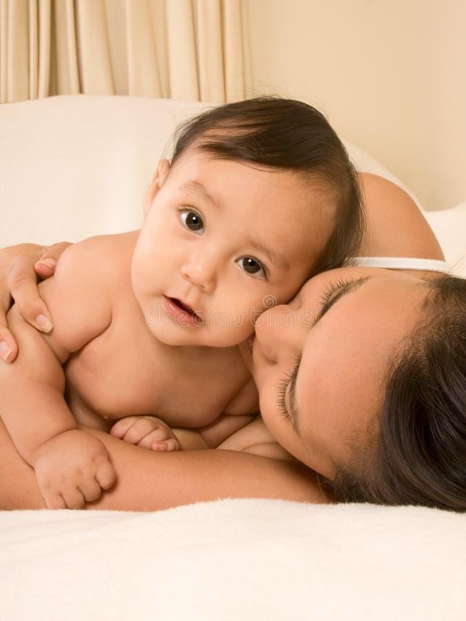 Moeder die haar zoon van de babyjongen koestert royalty-vrije stock foto's