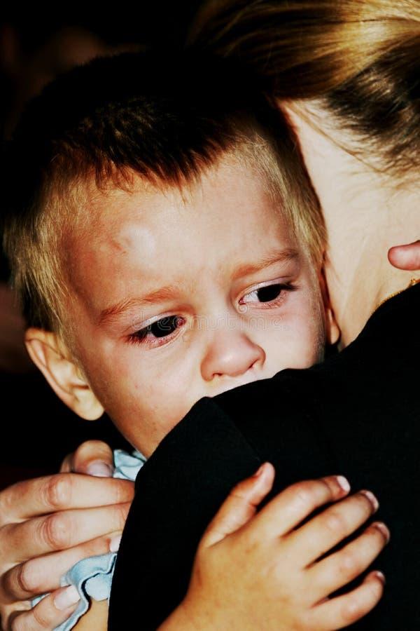 Moeder die het kind troost stock fotografie