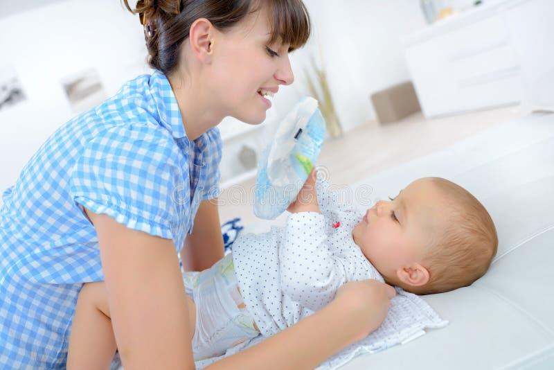 Moeder die met baby interactie aangaan royalty-vrije stock foto's