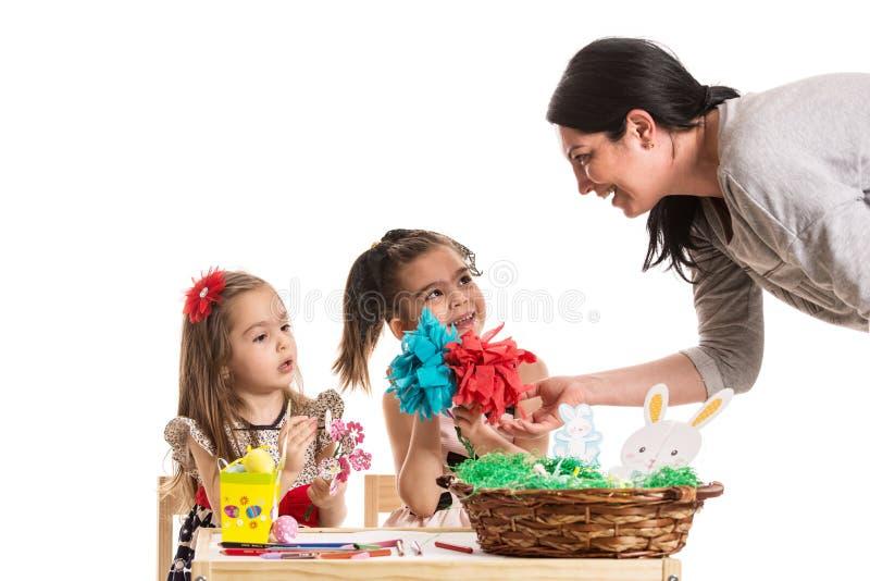 Moeder die met haar dochters spreken stock foto