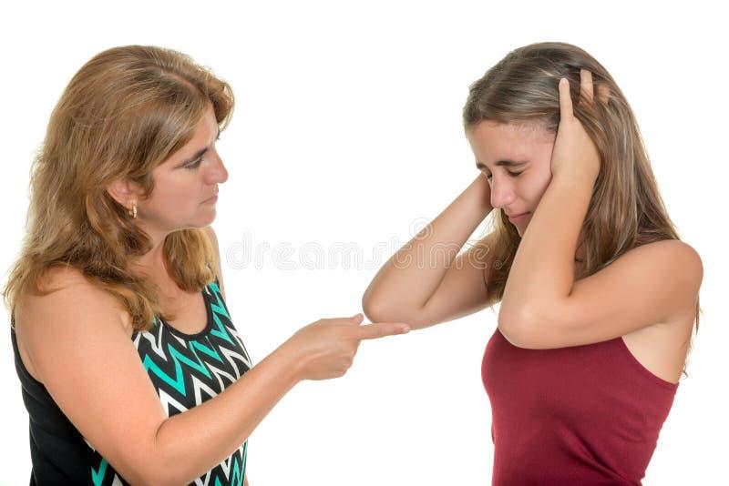 Moeder die met haar tienerdochter debatteren stock afbeelding