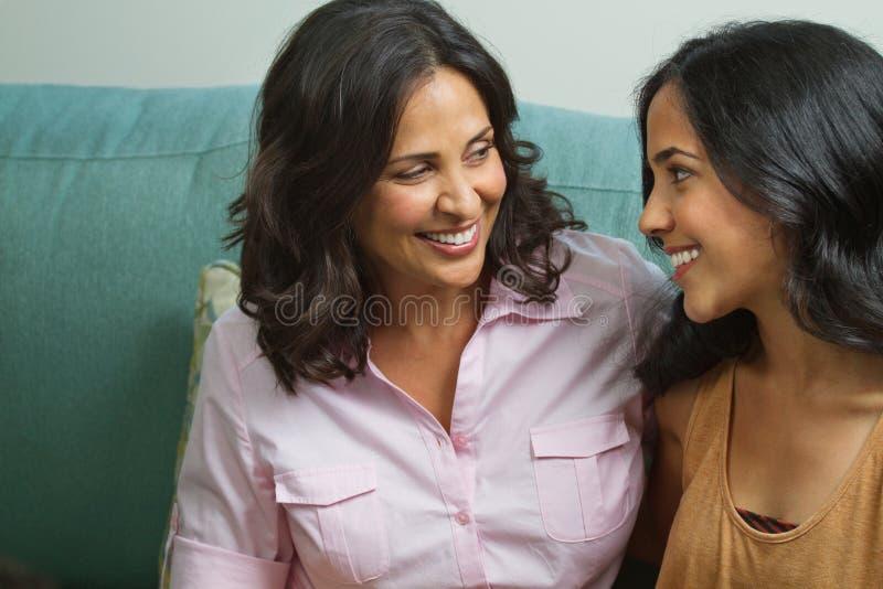 Moeder die met haar tienerdochter spreken stock foto's