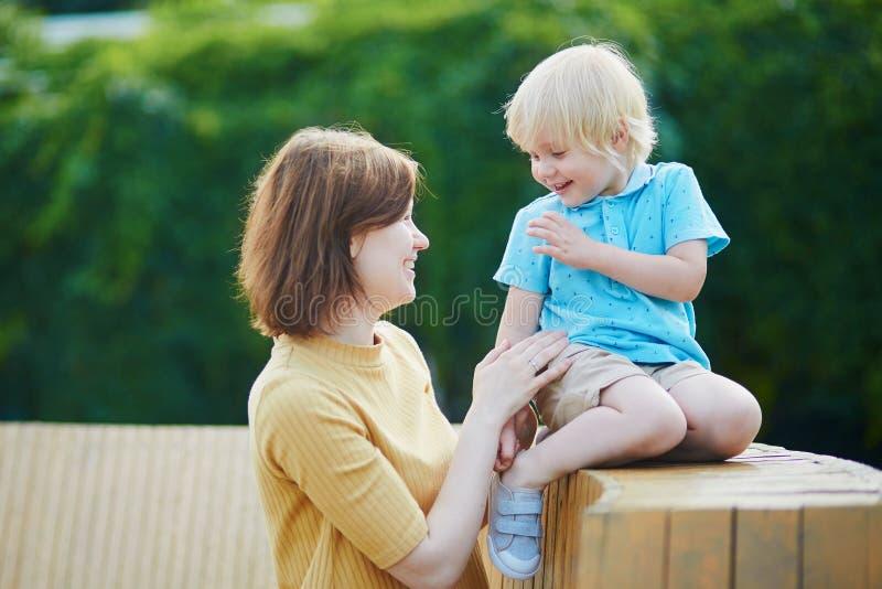 Moeder die met haar weinig peuterjongen spelen royalty-vrije stock afbeelding