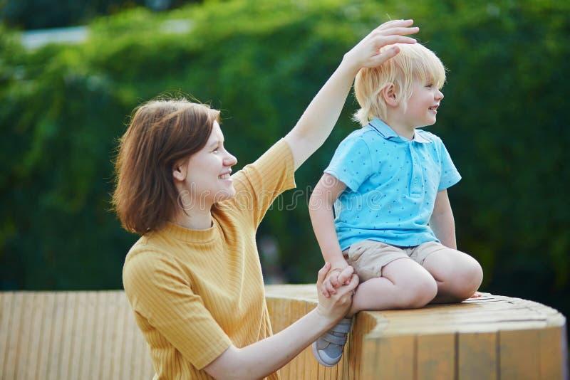 Moeder die met haar weinig peuterjongen spelen royalty-vrije stock foto