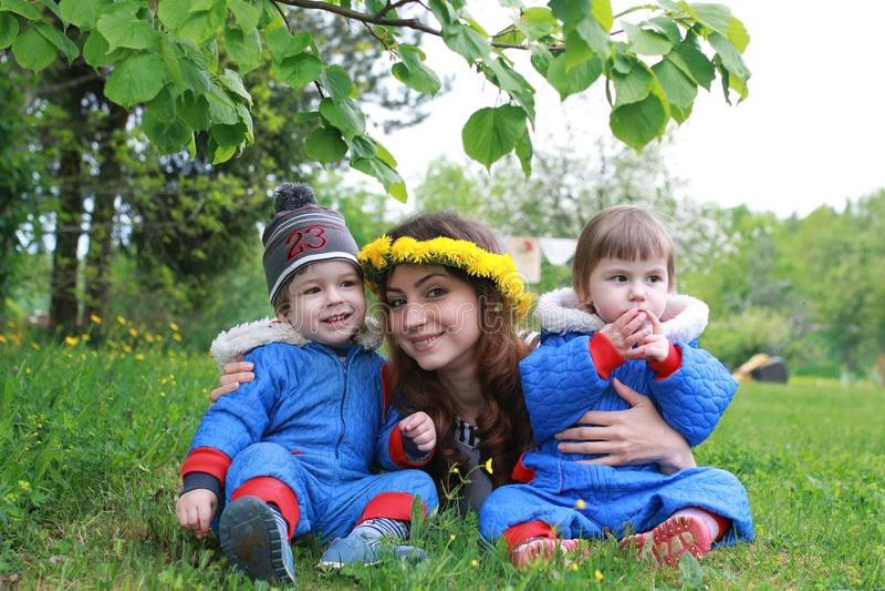 Download Moeder Die Met Jonge Tweelingen Op Een Groene Weide In Vroege Sprin Zitten Stock Foto - Afbeelding bestaande uit groen, gebied: 107707530