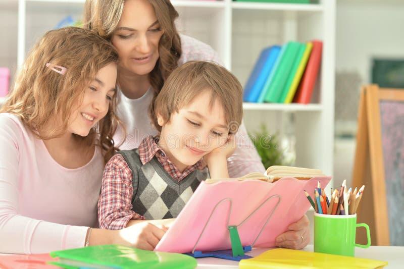 Moeder die met thuiswerk helpen royalty-vrije stock foto