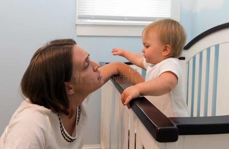 Moeder die op kind aan slaap wacht royalty-vrije stock foto's