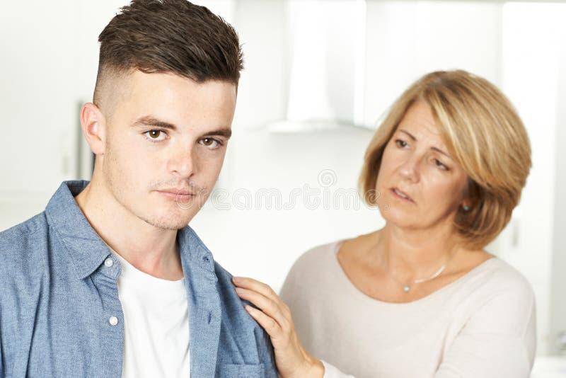 Moeder die over Ongelukkige Tienerzoon ongerust wordt gemaakt royalty-vrije stock foto