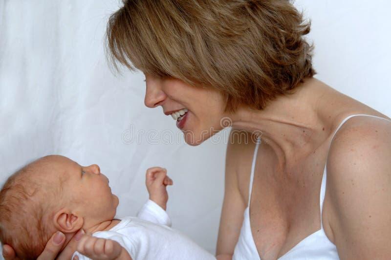 Moeder die pasgeboren baby bewondert royalty-vrije stock foto's