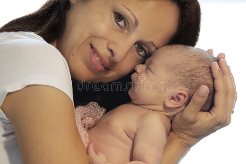Moeder die pasgeboren baby houdt stock afbeelding