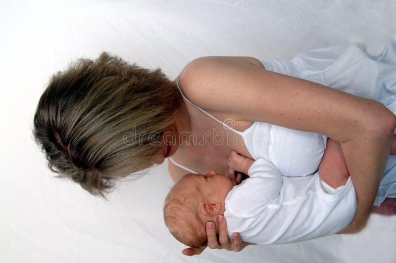 Moeder die pasgeboren baby houdt stock fotografie