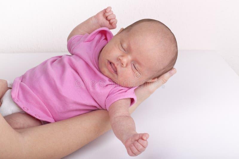 Moeder die pasgeboren babymeisje houdt royalty-vrije stock foto's