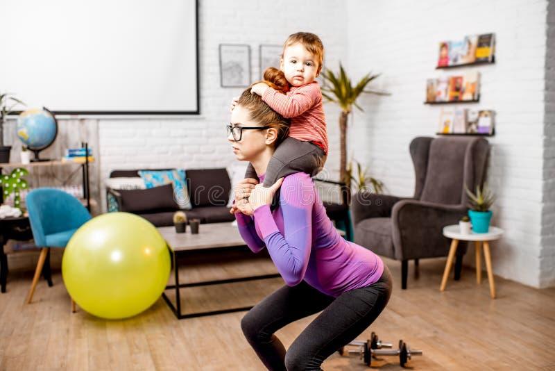Moeder die sporten met haar babyzoon doen royalty-vrije stock foto