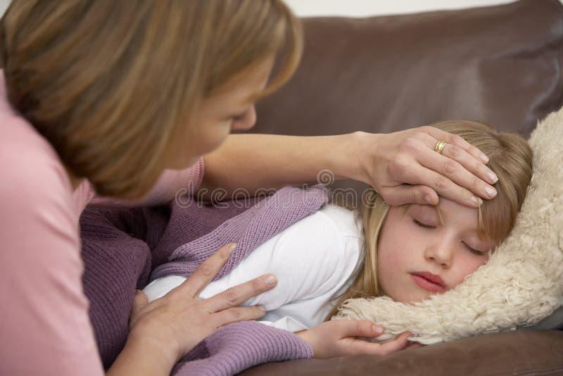 Moeder die Temperatuur van Zieke Dochter vergt stock fotografie