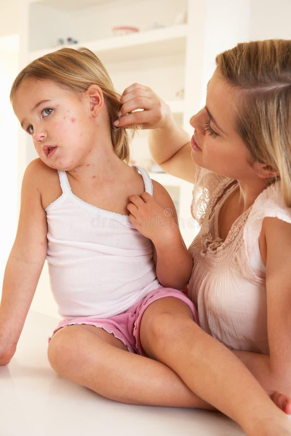 Moeder die ziek kind verzorgt royalty-vrije stock foto