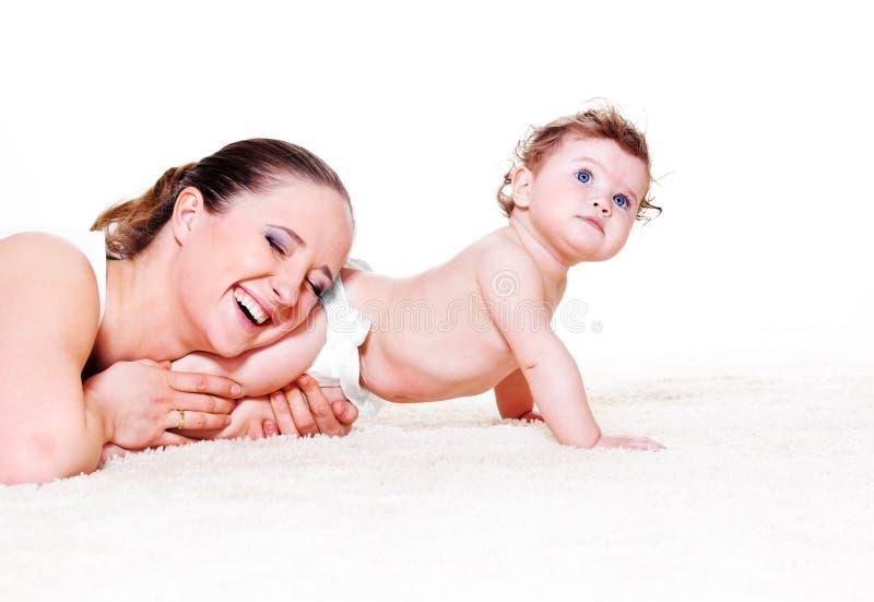 Moeder die zoete baby omhelst royalty-vrije stock foto