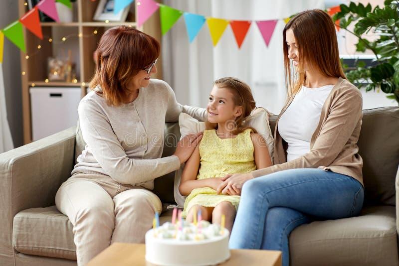 Moeder, dochter en grootmoeder bij verjaardagspartij royalty-vrije stock foto's