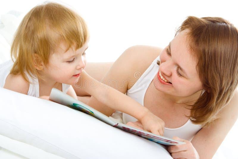 Moeder een baby in bed stock foto's