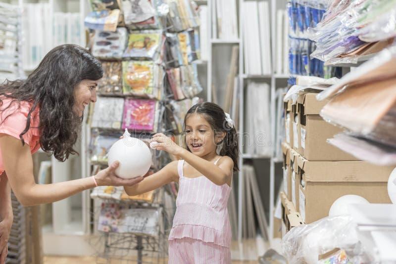 Moeder een dochter die met witte polystyreengebieden en cijfers spelen royalty-vrije stock foto
