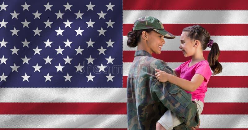 Moeder in eenvormige militair vervoerend haar dochter stock foto