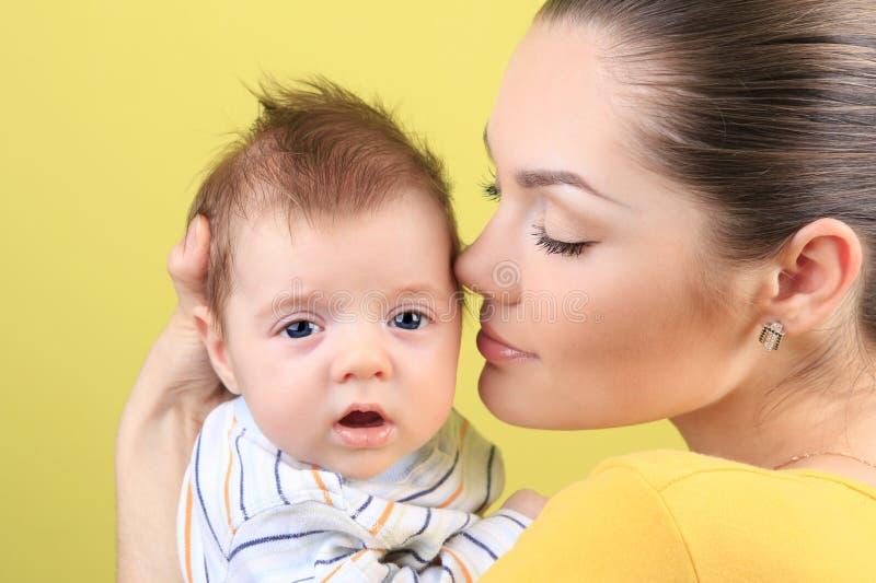 Download Moeder en baby stock afbeelding. Afbeelding bestaande uit horizontaal - 10779423