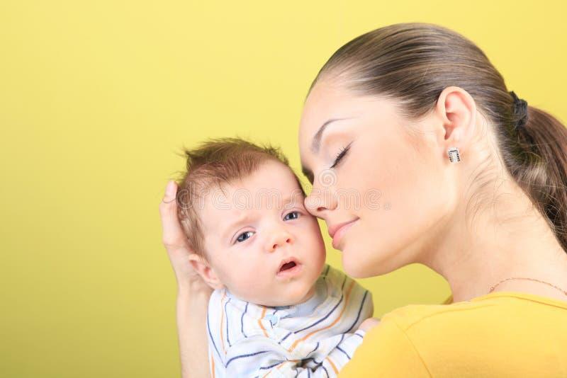 Download Moeder en baby stock afbeelding. Afbeelding bestaande uit achtergrond - 10779507