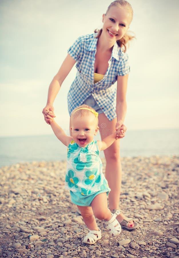Moeder en baby die eerste stappen doen stock afbeeldingen