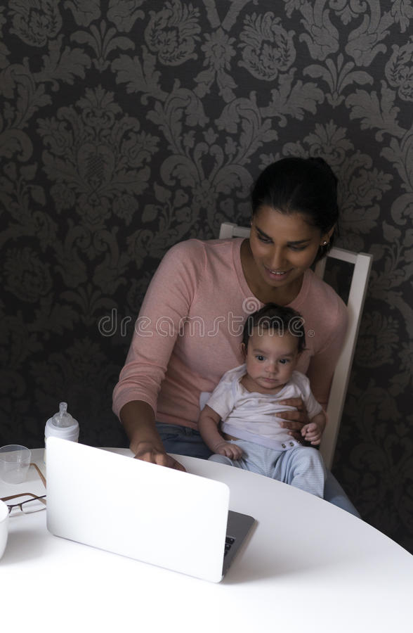 Moeder en baby die laptop met behulp van royalty-vrije stock foto's