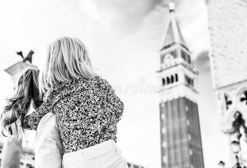 Moeder en baby die op campanile Di San marco in Venetië kijken royalty-vrije stock foto