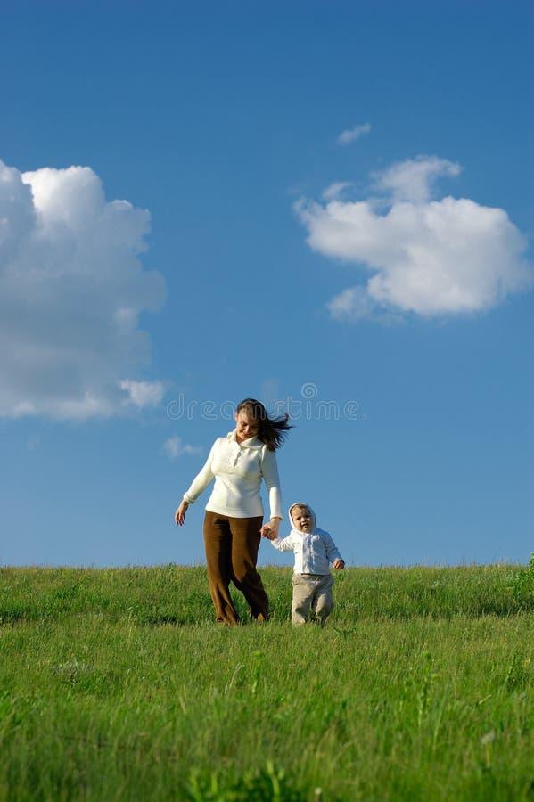 Moeder en baby die op lopen stock foto