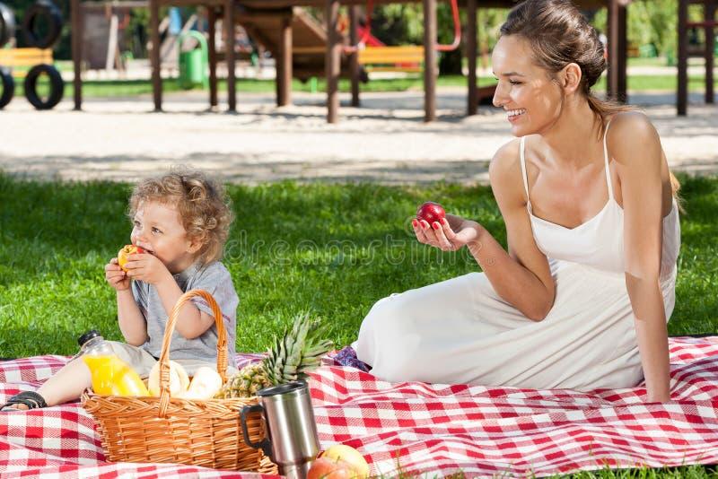 Moeder en baby die picknick hebben royalty-vrije stock afbeelding
