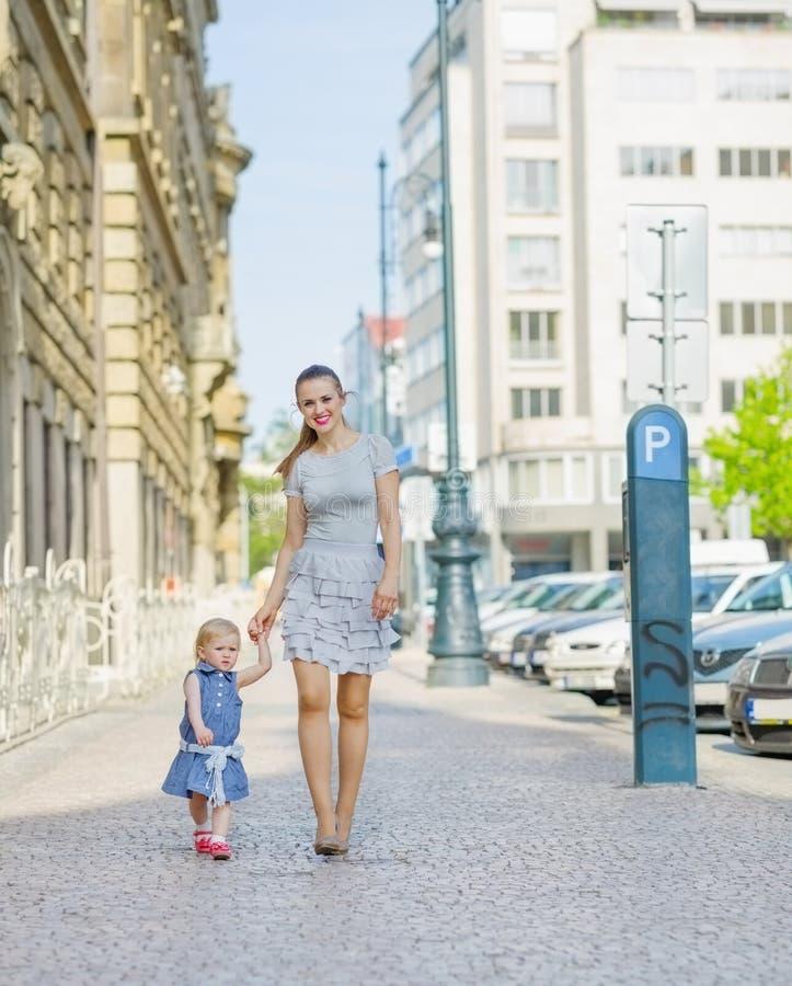 Moeder en baby die in stad lopen royalty-vrije stock afbeelding