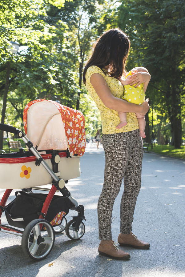 Moeder en baby in een park stock foto's
