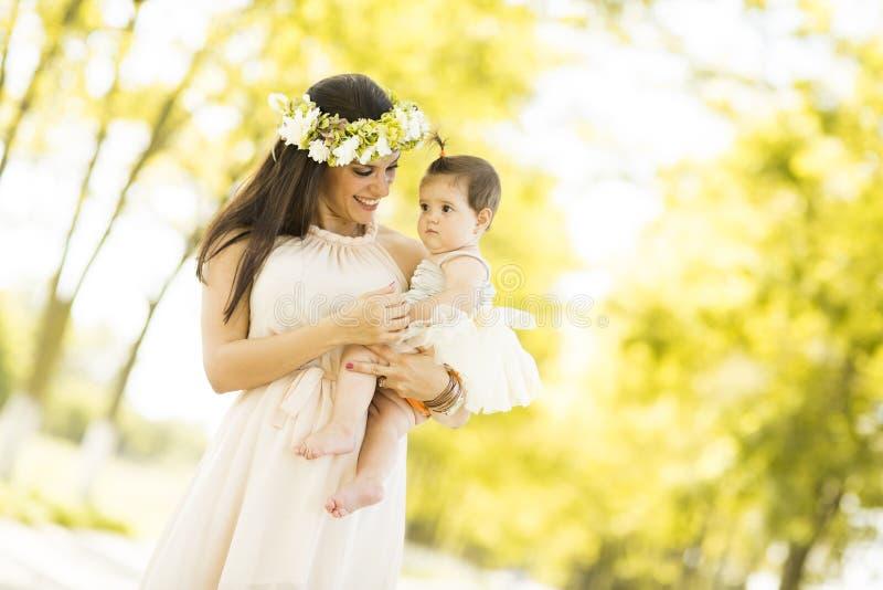 Moeder en baby in het de zomerpark stock fotografie