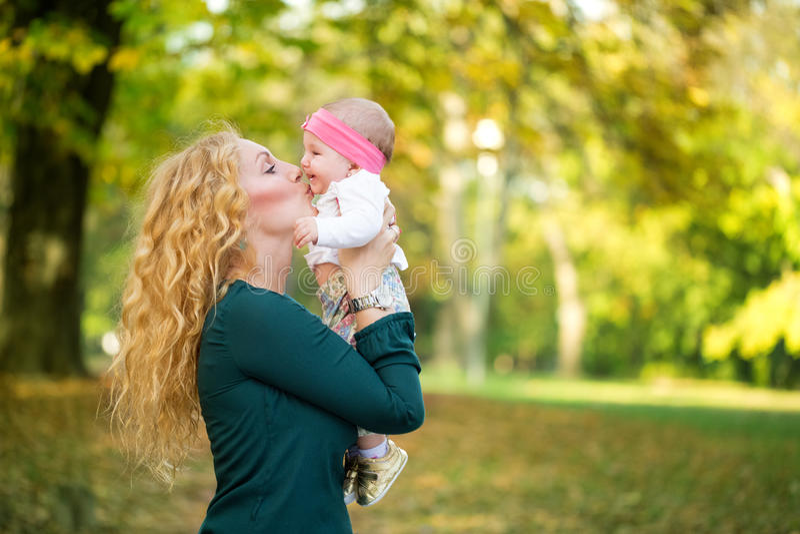 Moeder en baby het kussen in aard openlucht stock fotografie