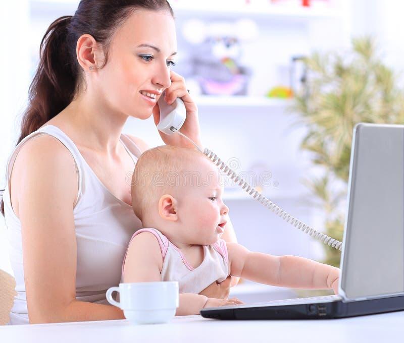Moeder en baby in huisbureau royalty-vrije stock foto